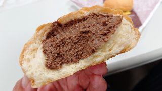 ひんやりクリームパン(チョコ)の断面|Delifrance(デリフランス)八王子店
