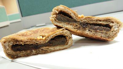 ほうじ茶とチョコのおやき(断面) La boulangerie Quignon(キィニョン)