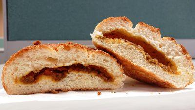 焼きカレーパン(断面) La boulangerie Quignon(キィニョン)