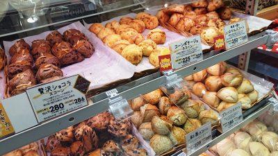 棚に並んだスコーン|La boulangerie Quignon(キィニョン)